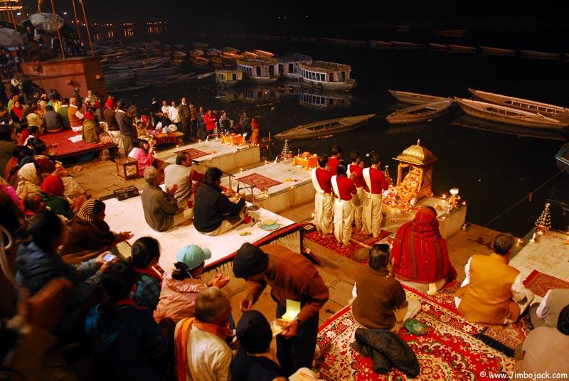 Hindistan'da ganj nehri yakınında bir şehir var, adı varanasi